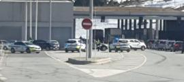 Agents de la policia controlen l'accés a Andorra des de França.