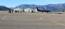 Regina/ Els viatgers travessen la pista després de l'aterratge del vol de Marsella.