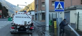 El Comú d'Encamp reforça el servei de neteja als carrers de la parròquia.