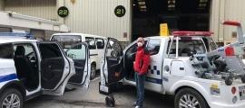 Vehicles dels serveis de circulació i de la policia esperant per ser desinfectats.