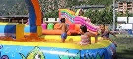 Tres infants a l'aquaparc de l'Estadi Comunal Joan Samarra Vila.
