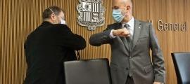 El conseller general Jordi Font, president de la Comissió legislativa de Sanitat, saluda el ministre Martínez Benazet abans de començar la sessió d'aquest matí.