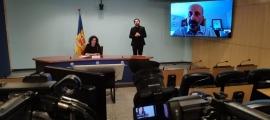 Un moment de la compareixença de Joan Martínez Benazet i de Mireia Garcia d'aquest migdia.