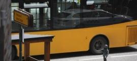 Un vehicle que realitza el servei de transport públic nacional.