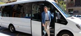 El cònsol major d'Ordino, Josep Àngel Mortés, baixa del nou bus parroquial.