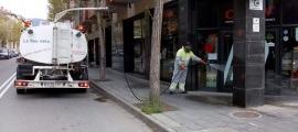 L'ajuntament de la capital alturgellenca va posar en marxa la desinfecció dels carrers de la ciutat.