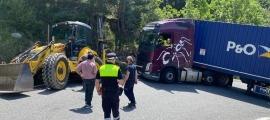 El camió entravessat a la carretera dels Cortals.