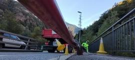 Moment en què un camió fa caure el treballador, aquest matí a la CG-2.