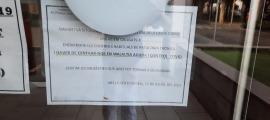El cartell col·locat a les portes del CAP.