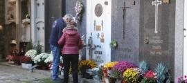 Alguns dels visitants al cementiri antic d'Andorra la Vella.