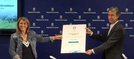 Rosa Pujol i Juli Alegre mostren la certificació.