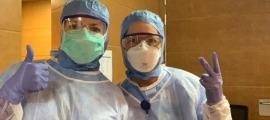 Dues infermeres amb el cartells identificatius.