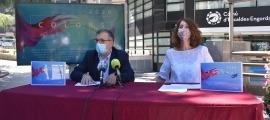 El conseller de Vida Cultural i Aparcaments, Valentí Closa, i la cap de Cultura, Anna Garcia, en la presentació de Colors d'Estiu 2020.