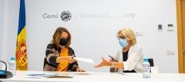 Gili i Álvarez en el moment de la signatura del conveni de col·laboració.
