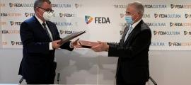 Un moment de la signatura del conveni entre FEDA i la FACIP.