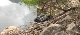 El vehicle es va precipitar i va quedar a pocs metres de les aigües.