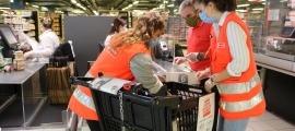Voluntàris de la Creu Roja en l'inici de la campanya de recollida d'aliments organitzada el juny passat.