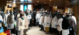 El grup de sanitaris cubans a la recepció de l'hotel.