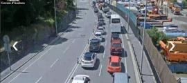 Vehicles aturats a la zona de la rotonda de l'Olivera.