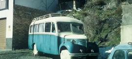 El Dodge Fargo, aparcat a Fontaneda, abans que s'hi aixequés el mur que actualment l'oculta.
