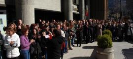 ANA/ Unes 150 persones es concentren a les portes de l'edifici administratiu del Govern.