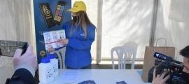 Una de les educadores ambientals a l'Ebur d'Encamp.