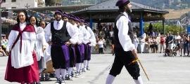 Els dansaires de l'Esbart, a punt de ballar el contrapàs a la festa major del 2019.