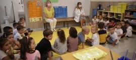 Mestres amb mascareta en una classe el primer dia d'escola d'aquest curs.