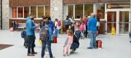 Alumnes a l'entrada d'una escola en una imatge d'arxiu.