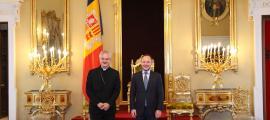 El cap de Govern, Xavier Espot, i el copríncep episcopal, Joan-Enric Vives, a la sala del tron.