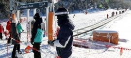 Esquiadors fent cua a Port Ainé el dia de Sant Esteve.