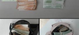 Els diners comissats per la guàrdia civil ahir a la Farga de Moles.