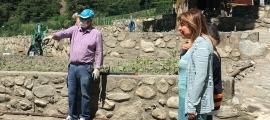 La cònsol major d'Andorra la Vella, Conxita Marsol, amb un dels hortolans dels horts socials de la Margineda
