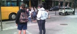 Estudiants en el moment de pujar al bus a la parada, ahir a la tarda.