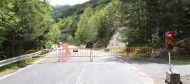 Es dona pas alternatiu amb un semàfor a la carretera d'Aixirivall.
