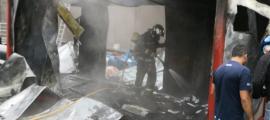ANA/ Els bombers actuant a l'incendi que ha destruït la caseta contenidor.