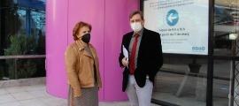 Josefina Rodríguez i Miquel Alís davant del cartell informatiu de la nova localització del Servei de Tràmits.