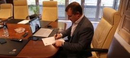 Josep Majoral signa la carta de compromís amb el turisme sostenible.