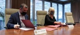 El cònsol major de Sant Julià de Lòria, Josep Majoral, i la directora de l'Escola de Música Harmonia, Roser Palomero, durant la signatura dels dos convenis.
