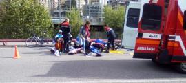 ANDORRADIFUSIÓ/ Moment en el que els serveis sanitaris atenen el motorista