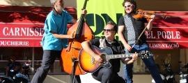 D'esquerra a dreta: Òscar Llauradó al contrabaix, Manel Soriano a la guitarra i Elias Porter a violí en el concert del cicle ON-Carrer.
