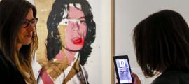 La ministra Riva, davant del 'Mick Jagger' de Warhol, una de les estrelles d''Influencers'.
