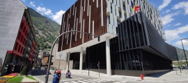 Projectat per Pere Espuga, l'edifici consta de dos soterranis, planta baixa i set plantes.