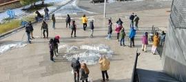 Un grup de monitors d'EMAP es va desplaçar a la plaça de Les Fontetes per signar la carta que van presentar a les cònsols, ahir.