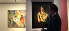El comissari de 'Femina Feminae'. Guillermo Cervera, davant de 'Retrat d'una jove escocesa', de Felixmüller (1929); al fons, 'La gran portuguesa', de Delaunay (1916), la peça estrella de l'exposició i la que il·lustra la portada del catàleg.