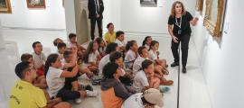Una escena poc habitual a la sala d'exposicions del Thyssen, ahir a la tarda amb els nens dels Esports d'estiu d'Escaldes.