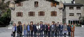 Foto de família amb l'equip de tècnics i els representants de les tres parts de la candidatura -la Seu, Foix i Andorra- reunits ahir a Casa de la Vall.