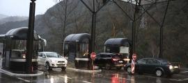 Vehicles creuant la frontera del riu Runer.
