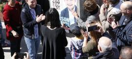 El candidat de Demòcrates, Xavier Espot, durant l'enganxada de cartells.