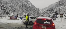 Un agent dirigint el trànsit a la rotonda d'Anyós durant la darrera nevada.